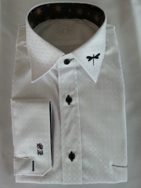 balts vīriešu krekls ar garām piedurknēm un diviem izšuvumiem. Īzšuvums spāre un izšūti iniciāļi.