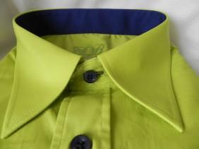 koši-zaļš-slim-fit-vīriešu-krekls-ar-tumši-ziliem-akcentiem-BETOLLI