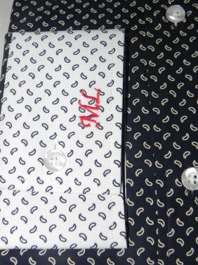 izsuvums-uz-melna-krekla-baltas-aproces-BETOLLI