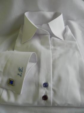 balta-sieviesu-bluze-ar-dubultam-pogam-zila-krasa-izsutiem-inicialiem-BETOLLI