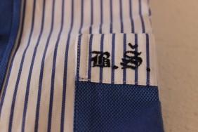 izsuvums-iniciali-uz-krekls-BETOLLI