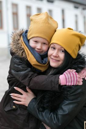 Dzeltena betolli bērnu cepure ar izšūtu Latvija skontūru un bērna vārdu, pieskaņota tuneļšalle
